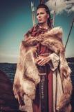 Viking kvinna med svärd- och sköldanseende på Drakkar Fotografering för Bildbyråer