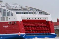 Viking Lines XPRS con la bandiera estone che lascia Helsinki Fotografia Stock
