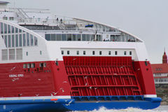 Viking Lines XPRS med den estländska flaggan som lämnar Helsingfors Arkivfoto