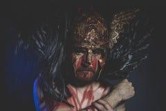Viking, magika wojownik z osłoną i hełmem złoto i geom Fotografia Royalty Free