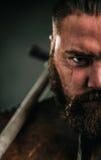 Viking med det kalla vapnet i traditionell kläder för en krigare Royaltyfria Bilder