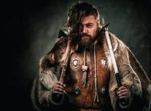 Viking med det kalla vapnet i traditionell kläder för en krigare arkivbild