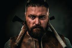 Viking med det kalla vapnet i traditionell kläder för en krigare royaltyfria foton