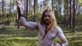 Viking met een mes voert meleetechnieken uit bekijkend de camera stock videobeelden