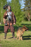 Viking met herdershond op ketting Stock Afbeelding
