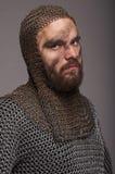 Viking na armadura chain e no coif no fundo cinzento foto de stock