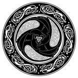 Viking-Schild, verziert mit einem skandinavischen Muster und Raben des Gottes Odin vektor abbildung