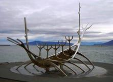 Viking-schipmonument Solfar de Zonreiziger in Reykjavik stock fotografie