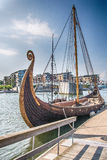 Viking Ship in de fjord, Tonsberg, Noorwegen stock fotografie