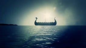 Viking Ship Sailing Slowly en el mar para apuntalar alcanzar la tierra stock de ilustración