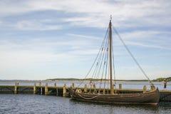 Viking skepp i fjiorden av Roskilde arkivfoto