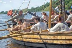 Viking skepp på floden Royaltyfri Fotografi