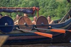 Viking skepp på floden Royaltyfri Bild