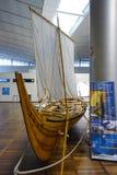 Viking skepp på Köpenhamnflygplatsen Arkivbilder