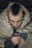 Viking stående, stark stilig viking krigare med stålyxa r royaltyfria bilder