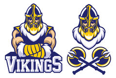 Viking-stelt het strijdersmascotte gekruiste wapen Royalty-vrije Stock Afbeeldingen