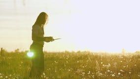 Viking-strijderstreinen met een mes op het gebied tegen de mooie zonsondergang Zeer mooi cinematic kader stock video