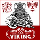 Vikingkrigare med stora yxor royaltyfri bild