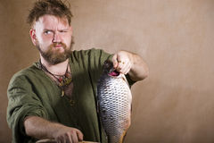 Vikingo y pescados foto de archivo