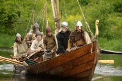 Vikingos en Drakkar Fotos de archivo