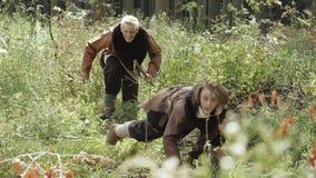 Vikingos medievales realizan la investigación del territorio en el bosque almacen de video