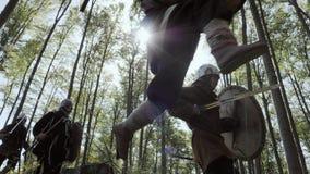 Vikingos que corren en el bosque a la lucha en una batalla almacen de metraje de vídeo