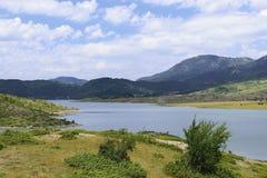 Vikos-Aoos fjädrar sjön i sommar royaltyfria bilder
