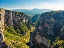 Vikoskloof, een kloof in de Pindus-Bergen die van noordelijk Griekenland, op de zuidelijke hellingen van Onderstel Tymfi, één lig royalty-vrije stock foto