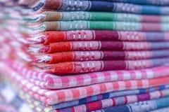 Vikt färgrik tygförsäljning i en basar royaltyfria bilder