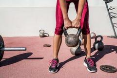 Vikt för kettlebell för tyngdlyftning för konditionidrottshallkvinna Arkivbild
