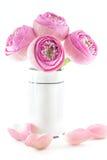 Vikt rosa bukett för lotusblommablommor i vas Arkivfoto
