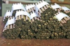 Vikta cigarrer på tobakhuset Royaltyfria Foton