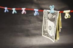 Vikta dollarräkningar på en rad Arkivfoton