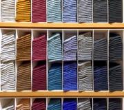 Vikta färgrika mjuka sockor på hylla Royaltyfri Foto
