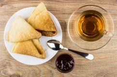 Vikta pannkakor i plattan, kopp te, körsbärsrött driftstopp Royaltyfri Fotografi
