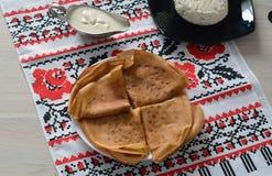 Vikta pannkakor som tjänas som med gräddfil och keso Royaltyfri Fotografi