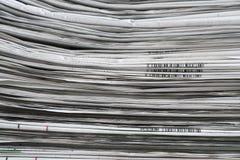 Vikta tidningar och staplad bakgrund och textur Arkivbild