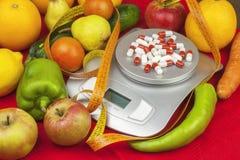 Vikten av mat som förbereder mat, medan banta Sund hemlagad mat bär fruktt grönsaker Royaltyfri Bild