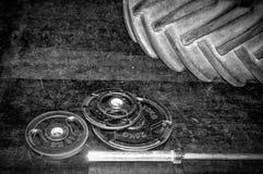 vikter Bodybuildingidrottshall och färdig utrustning för kors royaltyfria foton