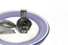 Viktförlust eller bantar begreppsmaterielbild av klockan på plattan Tid e Arkivbild