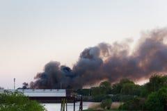 Viktig brand med mörk rök arkivfoto