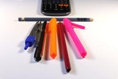 Viktig tillbehör för skola De är blyertspennan, pennräknemaskinen, pennan för filtspetsen, markörpennan, par av passare arkivbilder