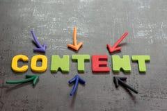 Viktigt av innehåll i annonserings- och kommunikationsbegreppet, färgrika pilar som pekar till ordet INNEHÅLL på mitten på svart royaltyfri foto