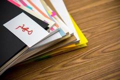 Viktigt; Högen av affärsdokument på skrivbordet arkivbilder