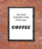 Viktigt mål är kaffe som är skriftligt i bildram arkivbild