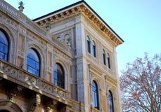 Viktigt oss mycket trevlig byggnad bak basilikan av San Petronio i bolognaen Royaltyfri Fotografi