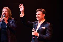 Viktor Drobysh L e cantor Aleksandr Kogan R executa na fase durante concerto do aniversário do ano de Viktor Drobysh o 50th Foto de Stock Royalty Free