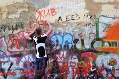Viktor Tsoi Wall a Mosca Artista dei graffiti sul lavoro Immagini Stock