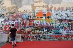 Viktor Tsoi Wall a Mosca Artisti dei graffiti sul lavoro Fotografia Stock