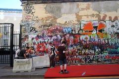 Viktor Tsoi Wall a Mosca Artisti dei graffiti sul lavoro Immagini Stock Libere da Diritti